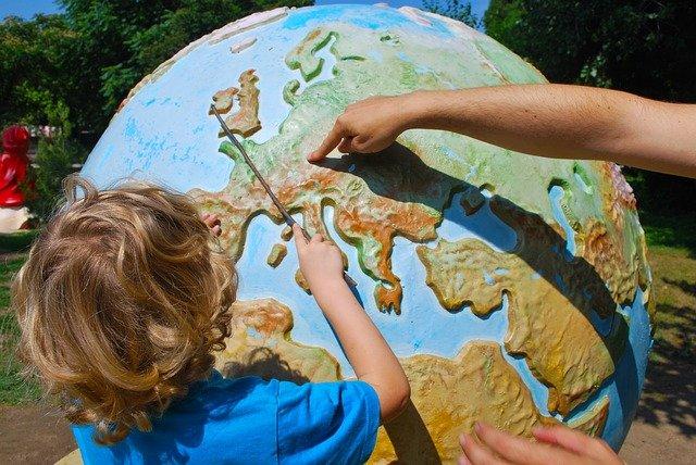 alumno-alumna-bola-mundo-planetario-aprendiendo-idiomas-escuela-idiomas