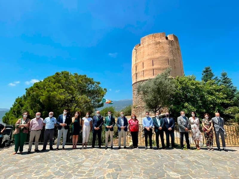 Juanma Moreno en la Torre Vigía de Yunquera junto a autoridades y alcaldes de la Sierra de las Nieves